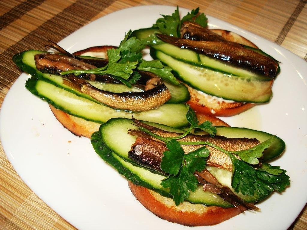 Рецепт бутербродов со шпротами и огурцом соленым пошагово